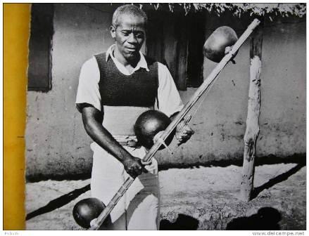 Edoua Ada luc, joueur de Mvet. Crédit photo: coins.delcampe.net