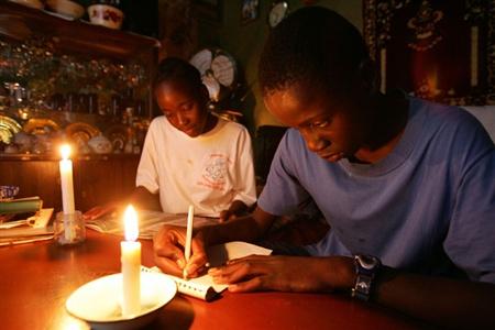 Des jeunes qui révisent leurs leçons avec la bougie. Crédit image: cameroonvoice.com