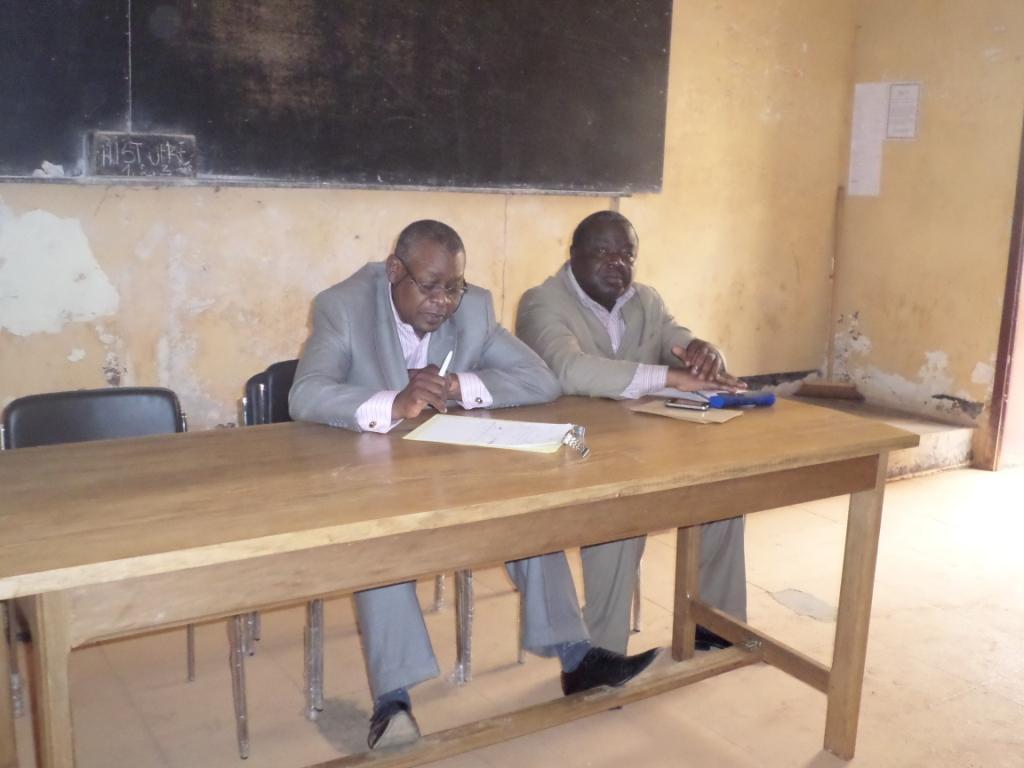 Pr Daniel Abwa et Dr Kouosseu Jules pendant le séminaire. Crédit image: Ulrich Tadajeu.