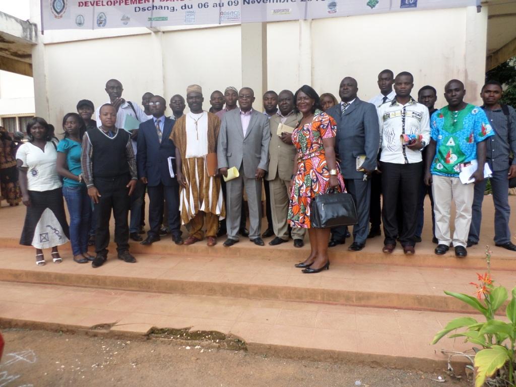 Photo de famille du Pr Daniel Abwa avec les enseignants et les étudiants du département d'Histoire. Crédit image: Ulrich Tadajeu