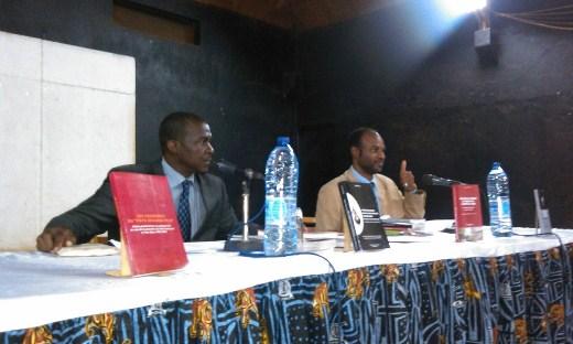 Charles Ateba Eyene et le modéraeur Alain Cyr Pangop Kameni. Crédit photo: ulrich Tadajeu.