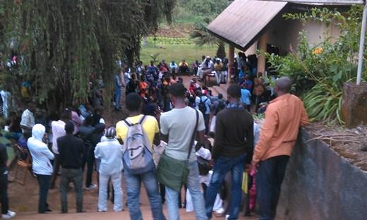 Une foule nombreuse à l'extérieur pour écouter Charles Ateba Eyene. Créit photo: Ulrich Tadajeu.