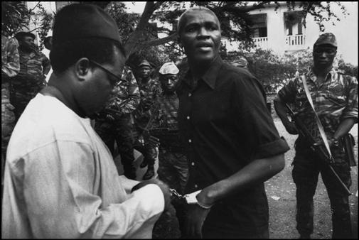 Ernest Ouandié menotté le jour de son assassinat. Crédit image: cameroonvoice.com