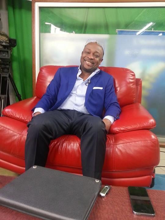 Alain Foka sur le plateau de STV. Crédit image: thierry Ngogang.