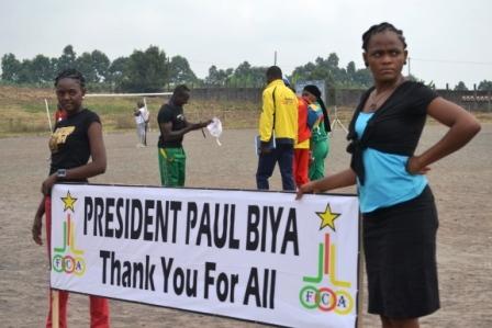 Des jeunes qui remercient le président Paul Biya. Crédit image:dania.mondoblog.org