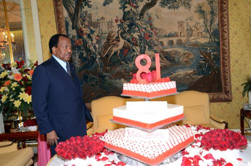 Le président Paul Biya devant son gâteau d'anniversaire. Crédit image: prc.cm