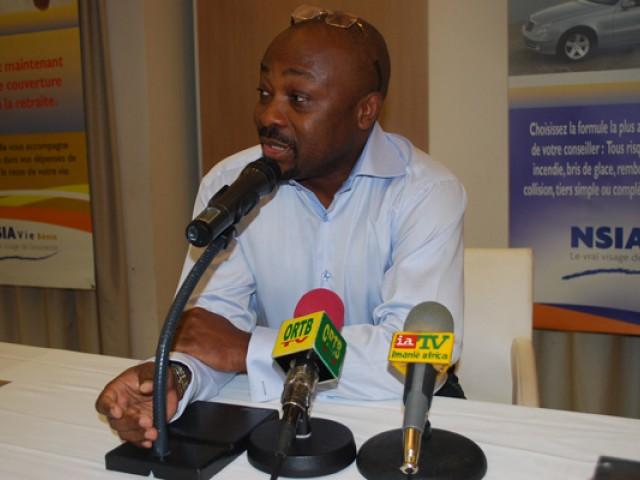 Alain Foka, lors de la séance dédicace du coffret Archives d'Afrique au Bénin. Crédit image: alainfoka.com