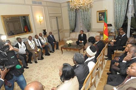 La diaspora camerounaise en compagnie du président Paul Biya. Crédit image: https://journal.rdpcpdm.cm/