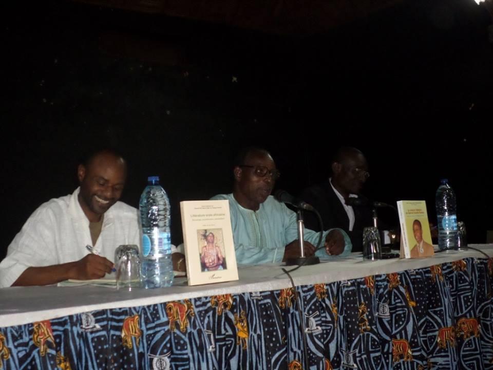 Les professeurs Alain Cyr Pangop et Gabriel Kuitche Fonkou pendant la cérémonie de dédicace. Ulrich Tadajeu