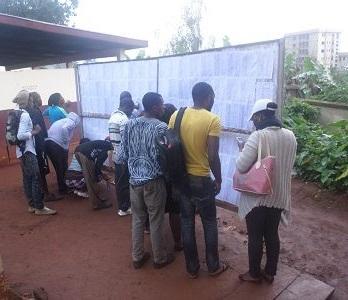 Des étudiants devant le barbillard à l'Université de Dschang (Cameroun). Crédit image: Ulrich Tadajeu.