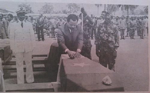 Avril 1984, Paul Biya décore les soldats à titre posthume. Crédit image: Ulrich Tadajeu prise dans Cameroon Tribune.