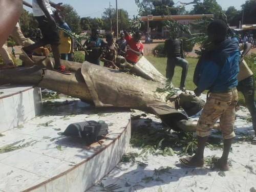 Destruction d'une statue à de Blaise Compaoré. Photo: Burkina24